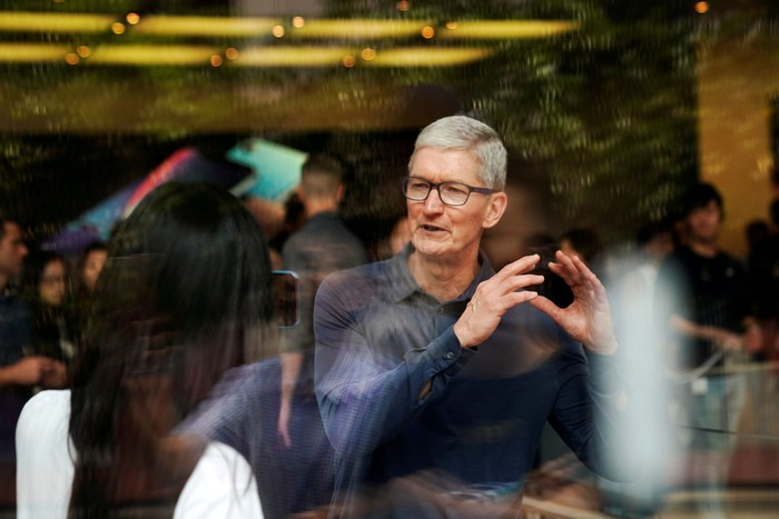 Tim Cook di Apple Store. Foto: Reuters