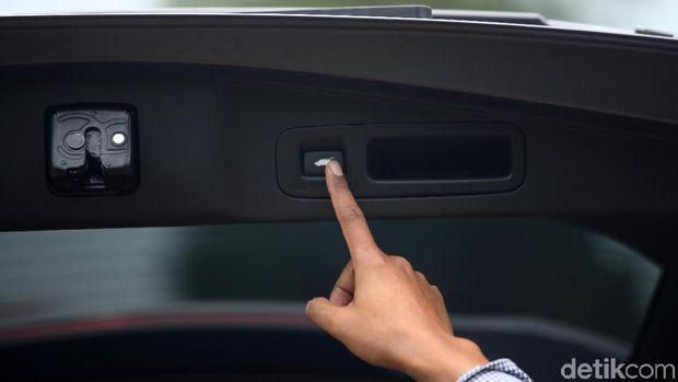 Menutup bagasi CR-V dengan tekan tombol