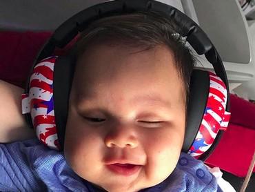Lagi mendengarkan lagu apa, Geva? Pasti lagu-lagu yang dinyanyikan ayah Sammy ya? (Foto: Instagram @sammysimorangkir)