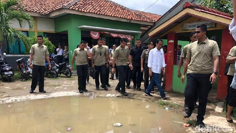 Jokowi Sidak Bangunan SMP 1 Muara Gembong yang Rusak Parah