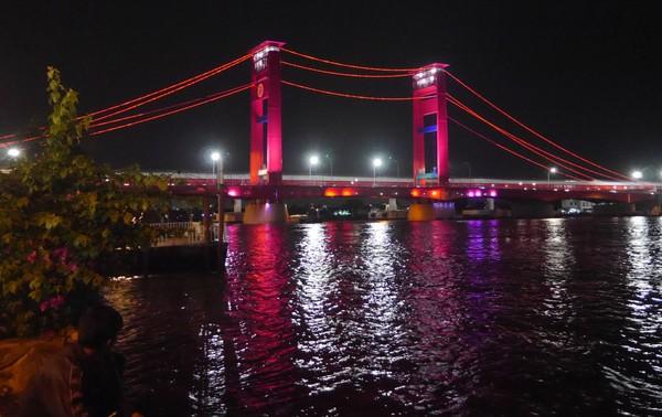 Jembatan ini membentang sepnjang 1.117 meter di atas Sungai Musi. (Kurnia/detikTravel)