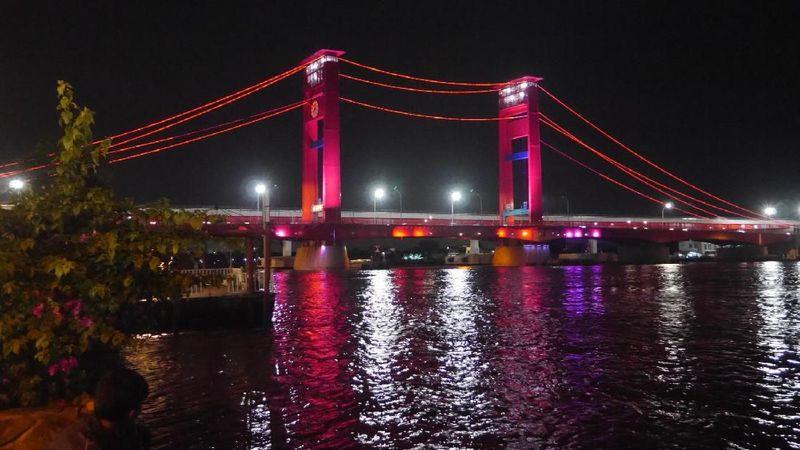 Jembatan Ampera dibangun dengan megah di atas Sungai Musi. Panjangnya 1.117 meter dan menghubungkan kawasan Ulu dan Ilir Kota Palembang (Kurnia/detikTravel)