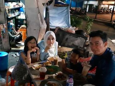 Bagi Mandala, makan bareng seperti ini bisa jadi quality time bersama anak dan istri tercinta. (Foto: Instagram @mandala_abadi_shoji)