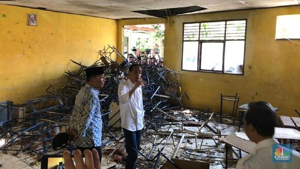 Bareng Kang Emil, Jokowi Temukan Ruang Kelas Rusak di Bekasi