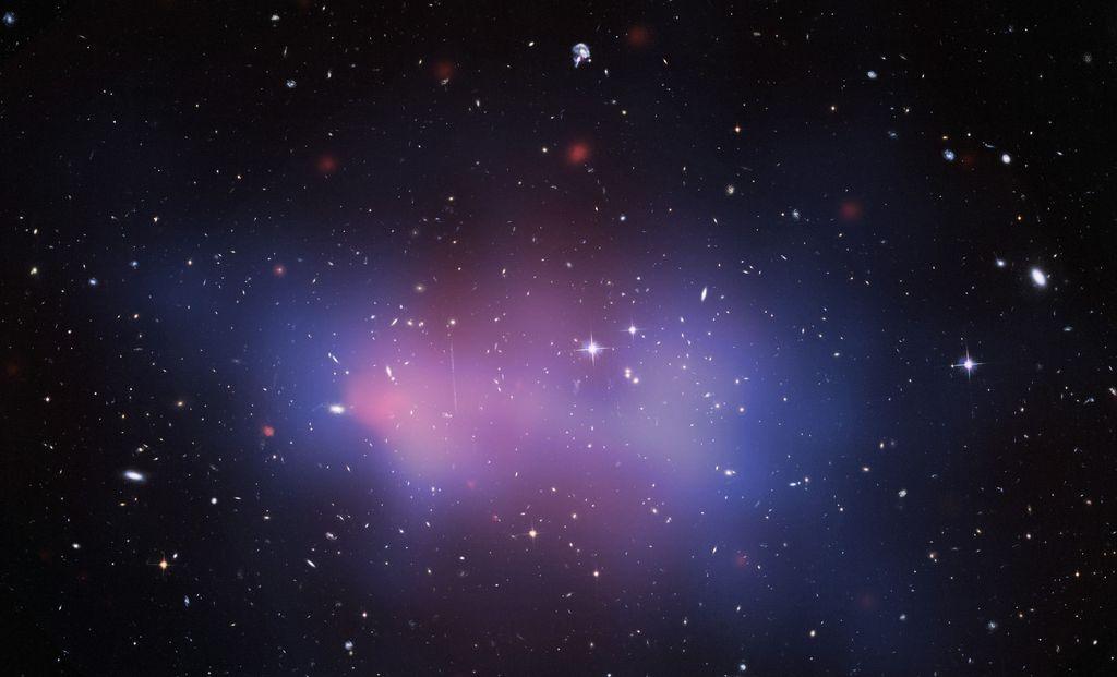 Gugusan galaksi El Gordo ini disebutmemiliki massa mencapai3 ribu triliun kali lipat dari Matahari. Jaraknya 9,7 miliar tahun cahaya dari Bumi. Foto: NASA