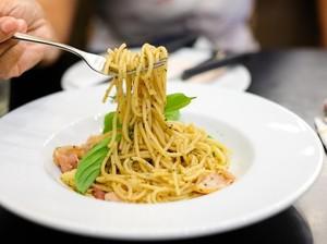 Menyantap Spaghetti Creamy Mushroom di Kafe Instagenik