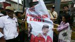 Detik-detik Spanduk Hargai Hak LGBT Berlogo PSI Diturunkan