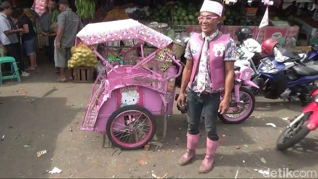 Nyentrik, Penarik Becak di Tasikmalaya Serba Pink Hello Kitty