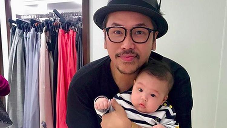 Cerita Kocak Sammy Simorangkir soal Mengganti Popok Anak