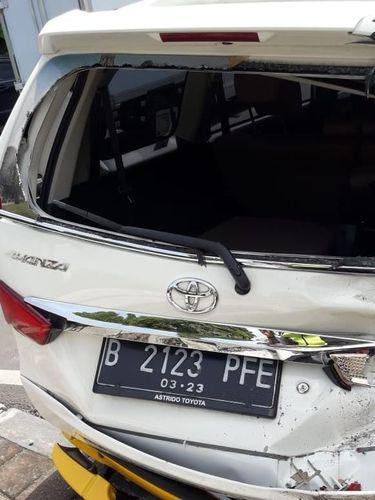 Mobil yang ditabrak ringsek di bagian belakang