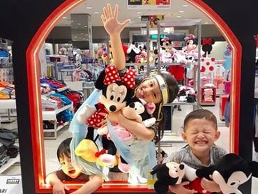 Senyum menggemaskan Kakak Zara dan sang adik saat main bareng Mickey dan Minnie Mouse. (Foto: Instagram @mandala_abadi_shoji)