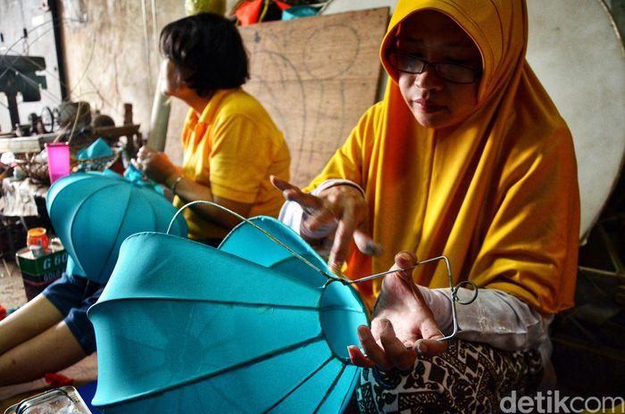 Pekerja menyelesaikan pembuatan lampion di kawasan Jalan Gunung Batu, Bandung, Jawa Barat, Rabu (30/1/2019).