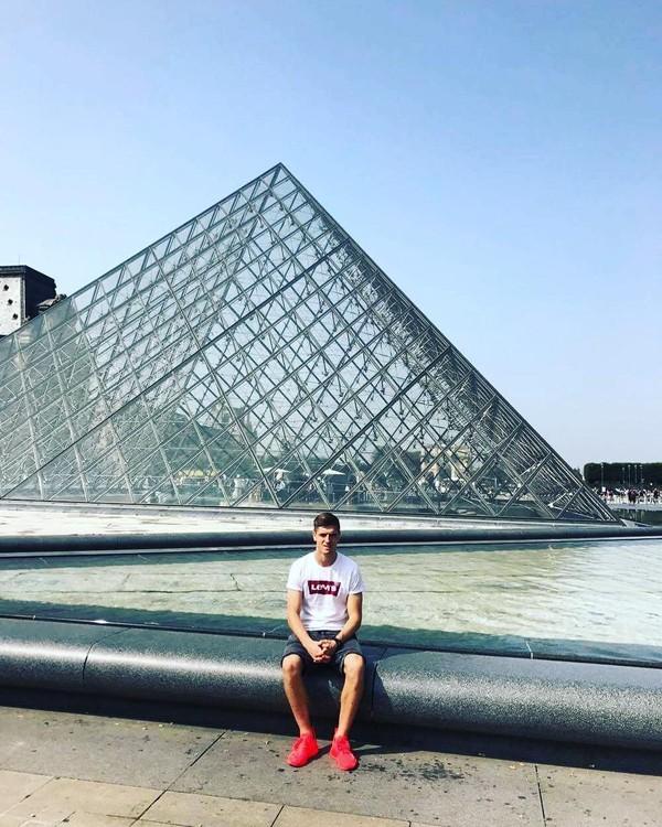 Jalan-jalan ke Paris, wajib foto-foto di Museum Louvre (Instagram/pjona_9)