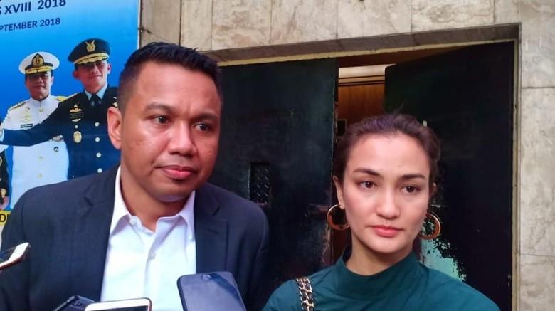 Atiqah Hasiholan: Ibu Bersalah, tapi Apakah Bohong Itu Pidana?