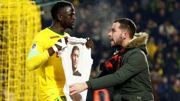 Para pemain Nantes merayakan gol dengan memamerkan kaus bergambar Emiliano Sala. (
