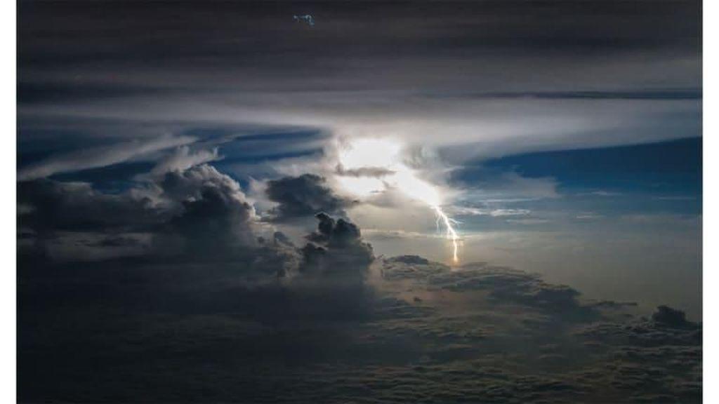 Penampakan Badai yang Dipotret Pilot dari Ruang Kokpit Pesawat