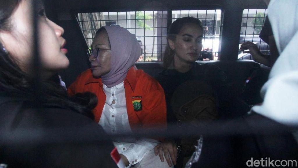Ratna Sarumpaet Dilimpahkan ke Kejati, Atiqah Hasiholan Setia Menemani