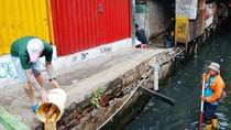 Pembuang Sampah Saat Petugas Bersihkan Kali Didenda Rp 300 Ribu
