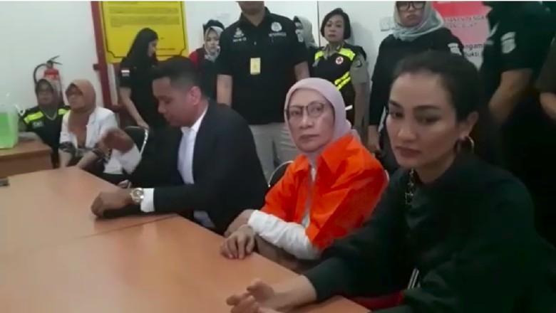 Momen Ratna Sarumpaet Ditemani Atiqah Hasiholan di Kejari Jaksel