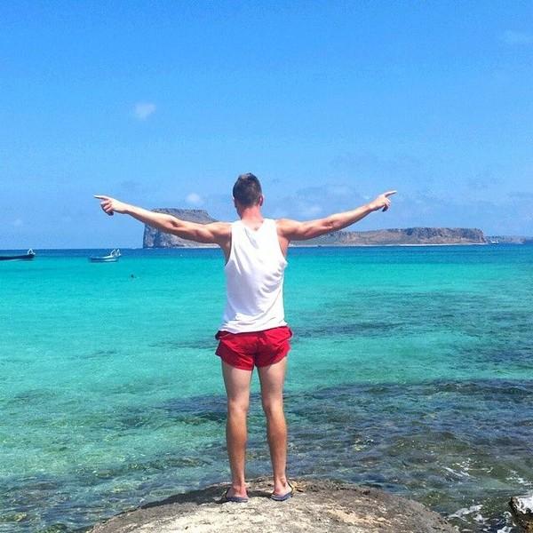 Piatek tampaknya suka liburan ke pantai. Ini saat dia berpose di Pulau Kreta, salah satu pulau cantik di Yunani (Instagram/pjona_9)