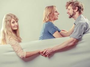 Suami Masih Berhubungan dengan Mantan, Tapi Selalu Bersikap Sayang ke Istri