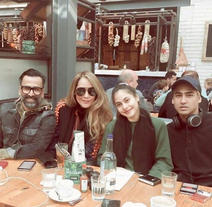 Menulis caption, Family over everything, Axel Thomas terlihat sedang berada di restoran bersama kedua orang tua dan sang adik, Valerie Thomas. Foto: Instagram@axelmatthewthomas