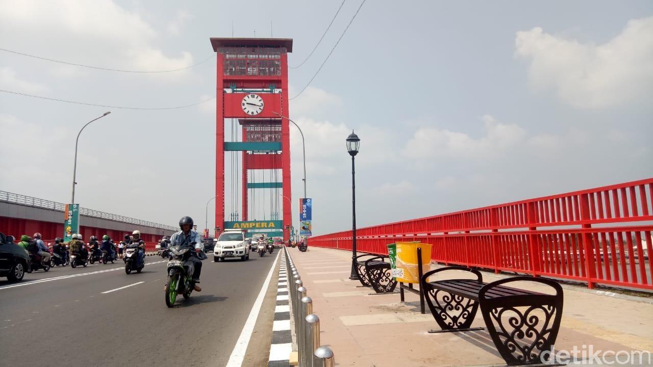 Lampu Jembatan Ampera Palembang dirusak. (Raja Adil Palembang/detikcom)