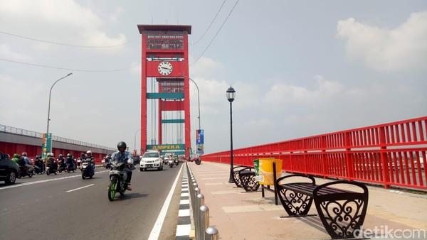 Menurut sejarahnya jembatan ini dibangun di bulan April 1962 dan diresmikan di 30 September 1965. Jembatan diresmikan oleh Letjen Ahmad Yani. (Raja Adil Palembang/detikcom)