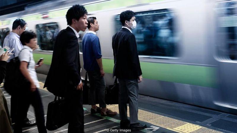 Dapatkah cahaya biru mencegah bunuh diri di stasiun kereta? Perusahaan kereta di Jepang tampaknya menemukan bahwa lampu biru yang menenangkan dapat mengurangi tingkat bunuh diri di stasiun (BBC Future)