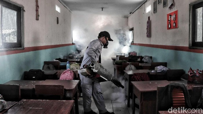 Penyebaran penyakit demam berdarah dengue (DBD) meningkat di musim hujan. Sejumlah antisipasi pun dilakukan, salah satunya dengan fogging.