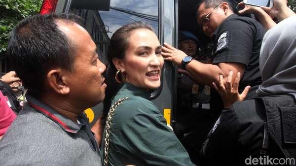 Desak-desakan, Atiqah Hasiholan Temani Ratna Sarumpaet ke Kejari