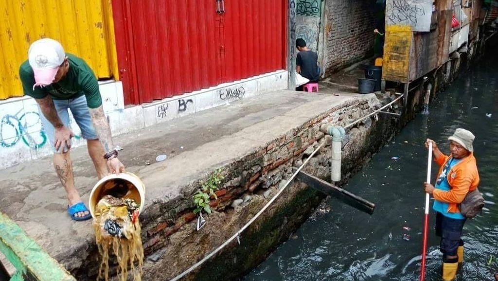 Heboh Orang Buang Sampah di Depan Petugas, Dennis Adhiswara Mau Toyor Pakai Galah