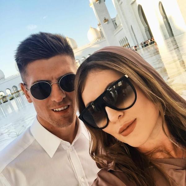 Awal tahun 2019 ini, Piatek bersama pacarnya liburan ke Abu Dhabi. Mereka pun mendatangi Masjid Sheikh Zayed yang serba putih (Instagram/pjona_9)
