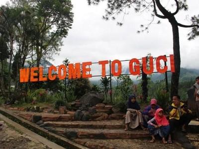 Jalan Ambles Menuju Tempat Wisata Guci, Pengendara Diminta Hati-hati
