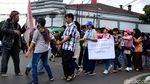 Aksi Jalan Mundur Puluhan Penyandang Disabilitas di Bandung