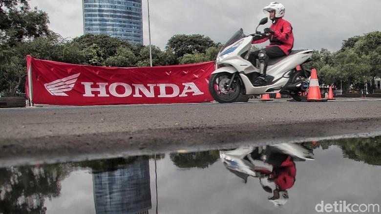 Honda PCX. Honda baru menjual motor dengan tenaga listrik seperti PCX. Foto: Pradita Utama
