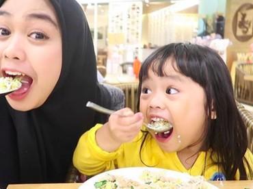 Makan bersama Maryam, lahap banget nih makannya. (Foto: Instagram @riaricis1795)