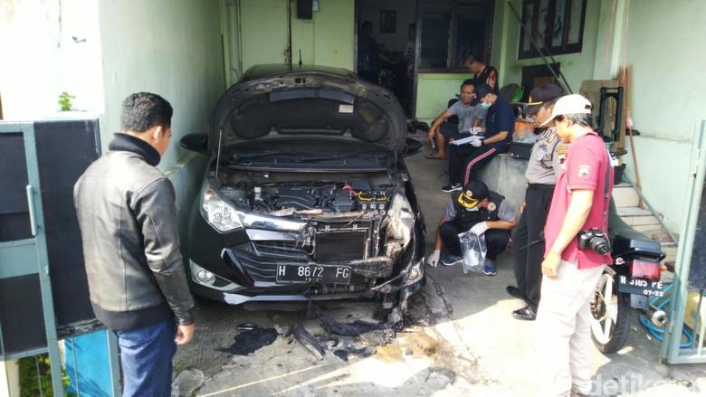 Mobil dibakar orang tak dikenal di Semarang. Foto: Angling Adhitya Purbaya/detikcom