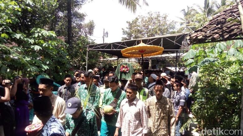Teman Sekolah Antar Pemakaman Korban Tawuran Pelajar di Magelang