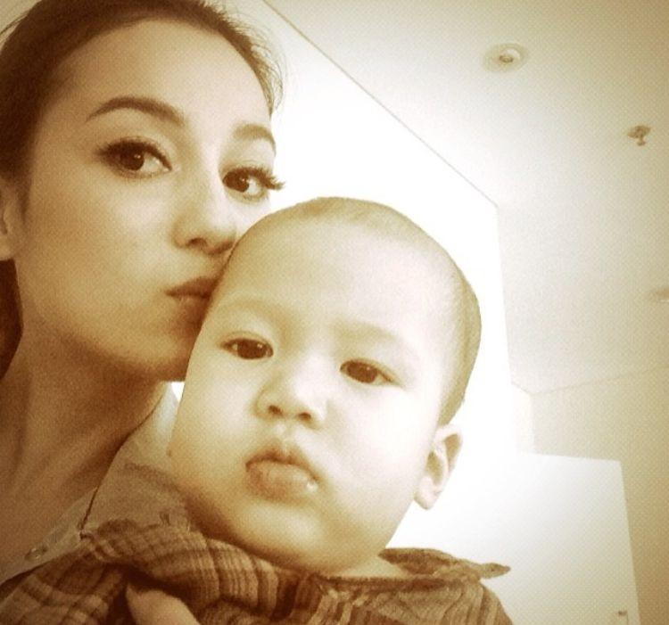 Kecup sayang Tante Julie Estelle untuk Jacob, yang tahun ini genap berumur 4 tahun. (Foto: Instagram/ @julstelle)