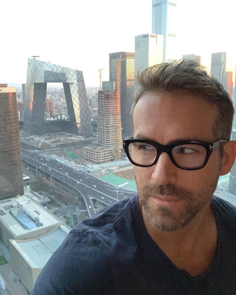 Dalam caption Instagramnya saat berada di Beijing, Ryan Reynolds menulis candaannya tentang Underpant Building. (vancityreynolds/Instagram)