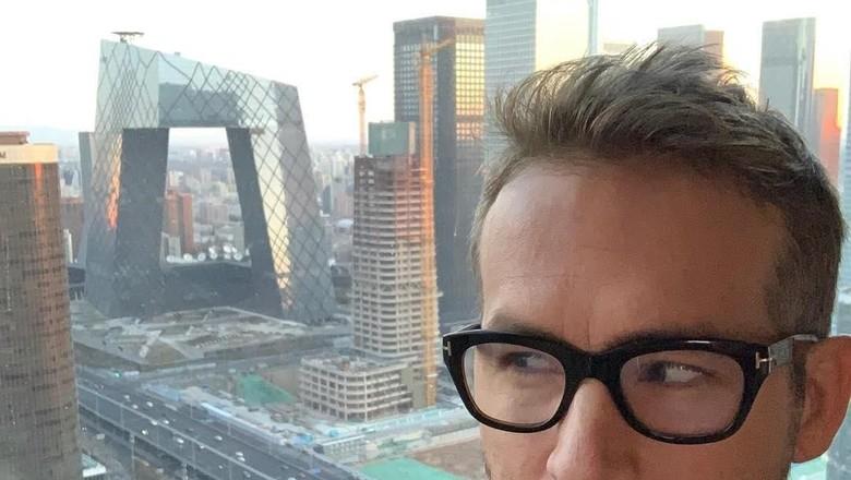 Ryan Reynold dengan latar Gedung CCTV Beijing (vancityreynolds/Instagram)