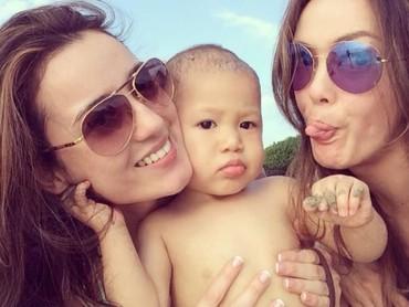 Bunda Cathy ikutan wefie ah sama Jacob dan Tante Julie. (Foto: Instagram/ @julstelle)