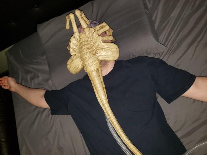 Kalau facehugger ala Jared bukan memasukkan embrio alien melainkan aliran udara. (Foto: jaredisgray.com)