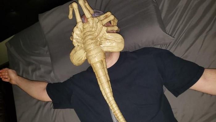 Jared Gray memakai CPAP mirip alien. Foto: jaredisgray.com