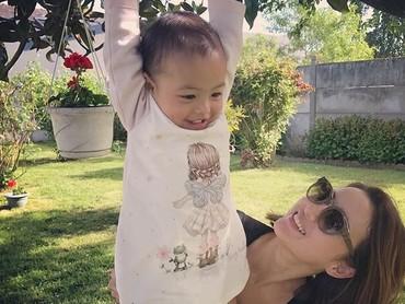 Giliran Adik Carla senang-senang bareng Tante Julie. (Foto: Instagram/ @julstelle)