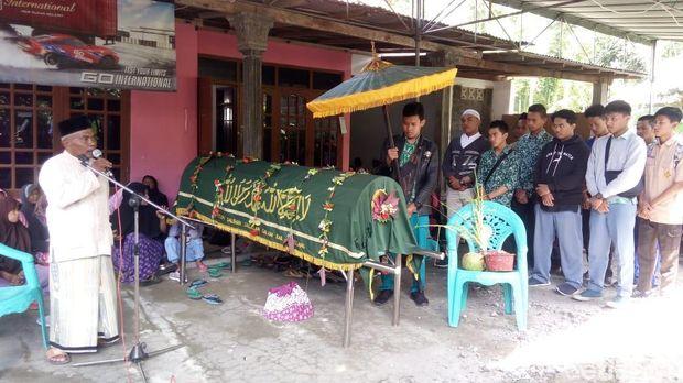 Pelajar SMK Ma'arif Antarkan Jenazah Nasrul Aziz ke Pemakaman