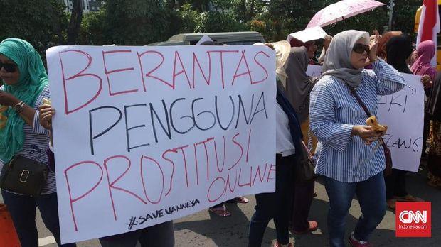 orum Emak-emak Jawa Timur, menggelar aksi simpatik, menuntut kepolisian untuk melindungi kaum perempuan dari kejahatan eksploitasi prostitusi online yang kini menjerat artis Vanessa Angel di depan Mapolda Jatim, Jumat (1/2)