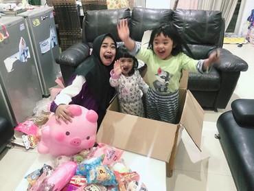 Dari beberapa posting-an, Ricis seringkali mengunggah foto bersama dua keponakan kesayangannya, Maryam dan Khadeejah. Keduanya merupakan anak sang kakak, Oki Setiana Dewi. (Foto: Instagram @riaricis1795)