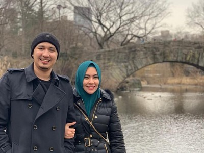 7 Momen Kehangatan Cinta Kartika Putri dan Suami